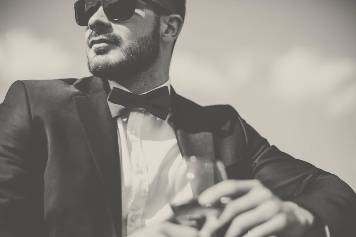 Cómo se debe vestir un hombre invitado a una boda y triunfar ... 794b3c4c6bf