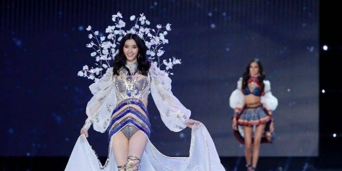 VIDEO. La modelo Ming Xi cae en pleno desfile de Victoria's Secret
