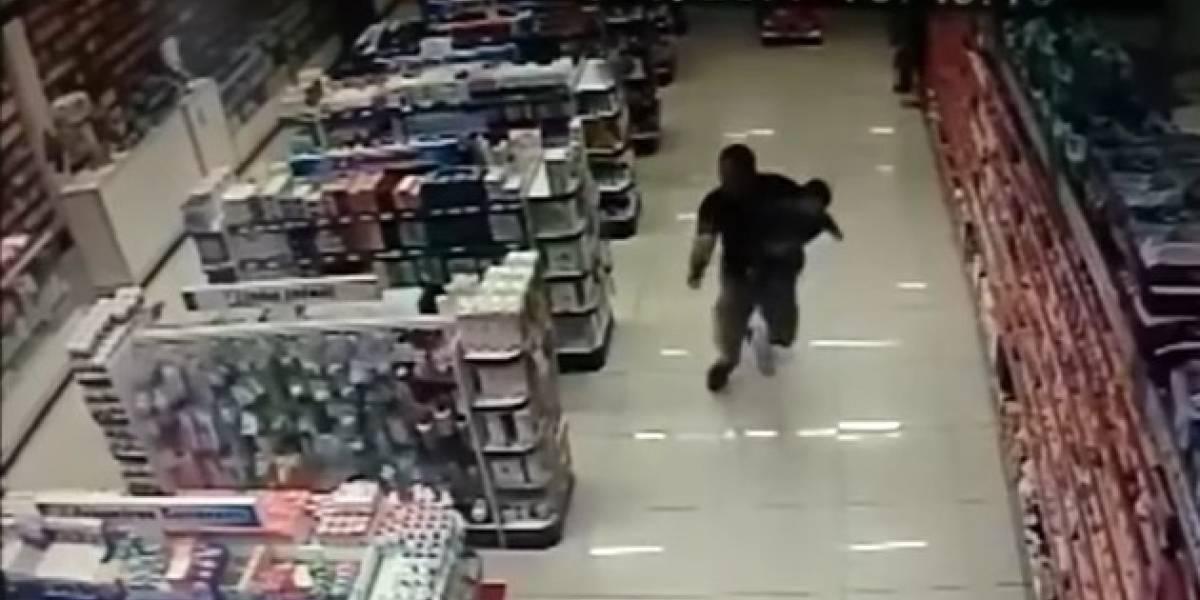 Policía repele asalto y mata a tiros a dos delincuentes con su hijo en brazos