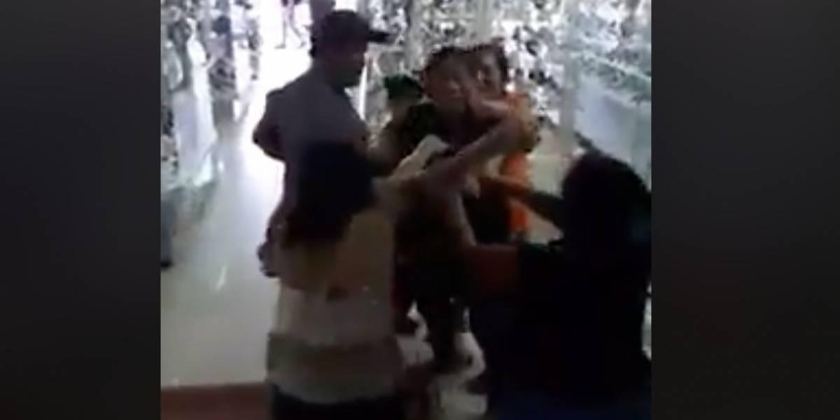 Mujeres protagonizan pelea en una zapatería por oferta del Buen Fin