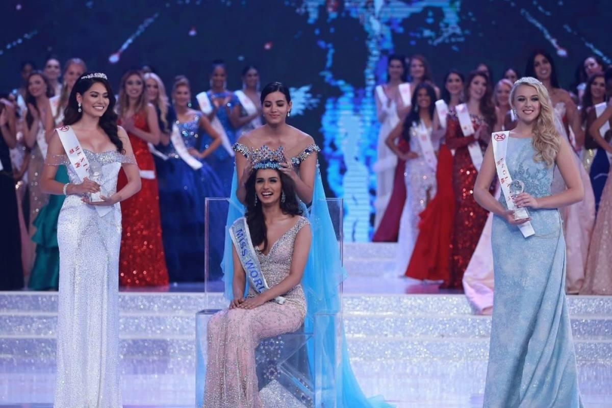 La puertorriqueña Stephanie del Valle entrega su título a la nueva reina. vía Facebook