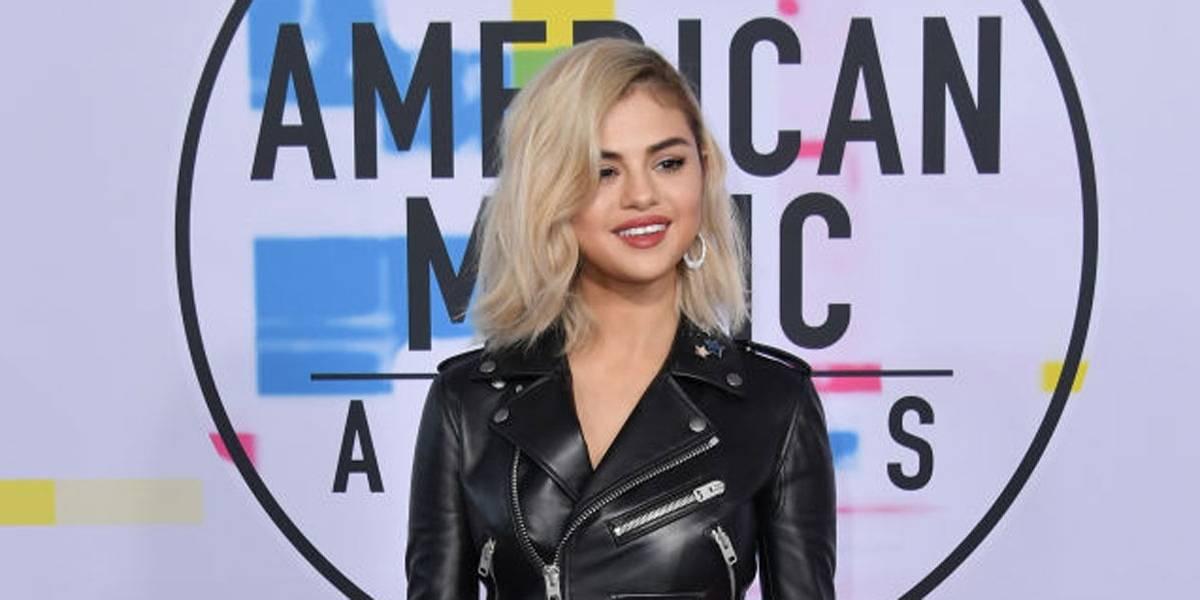 Antes de aparecer com visual loiro, Selena Gomez enganou fãs com peruca preta