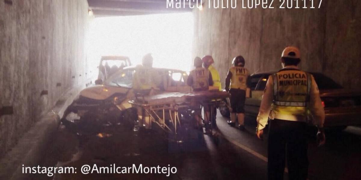 Taxi impacta contra paredón y queda destruido