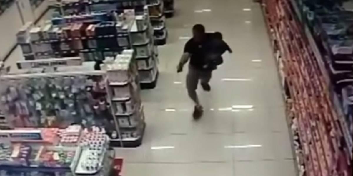 VIDEO. Con su bebé en brazos, policía repele asalto y mata a tiros a dos ladrones