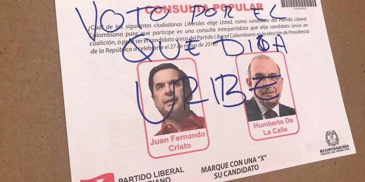 Los mensajes que dejaron los seguidores de Uribe en los votos nulos de la consulta liberal