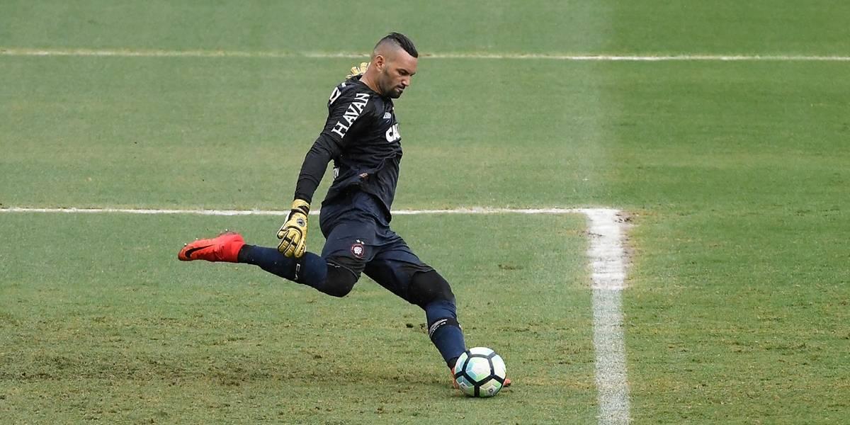 Palmeiras estuda contratação do goleiro Weverton, do Atlético-PR