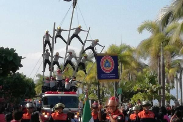 Bomberos sufren accidente durante desfile en Puerto Vallarta