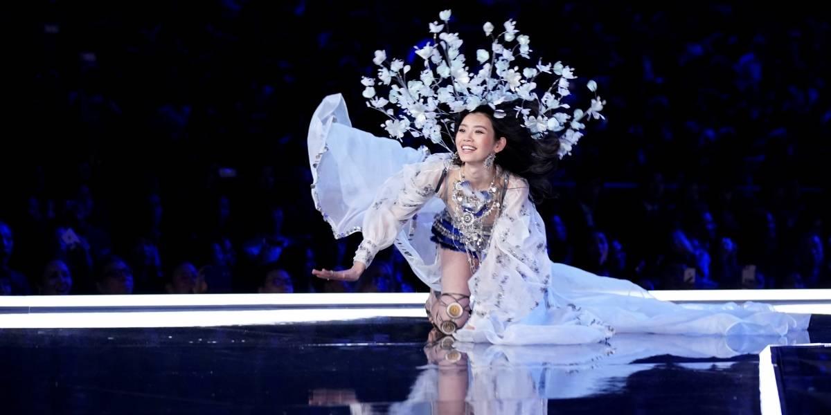 Modelo da Victoria's Secret cai em desfile e é ajudada por brasileira; assista