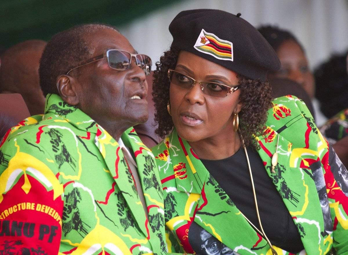 Foto de archivo –2 de junio de 2017– del presidente de Zimbabue, Robert Mugabe, y su esposa Grace en un acto político. / AP