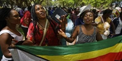 Varias zimbabuenses reunidas para rezar por el país en un parque ante el Parlamento en el centro de Harare, Zimbabue, el martes 21 de noviembre de 2017. / Foto: AP