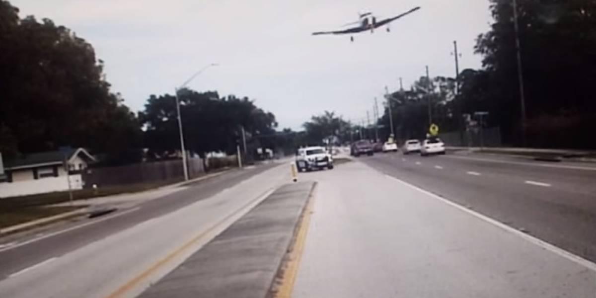 Impactante video de una avioneta que aterrizó de emergencia en una carretera