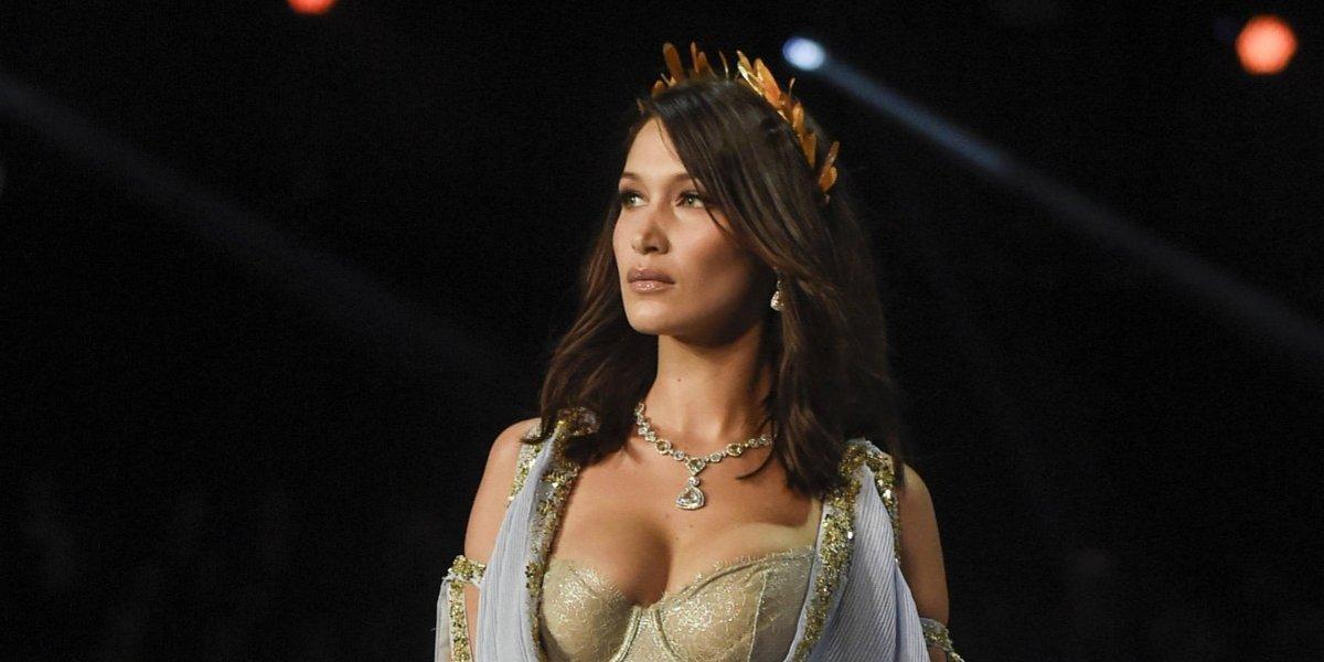 """Bella Hadid deslumbró en desfile de Victoria's Secret, pero """"traición"""" de prenda se hace viral"""