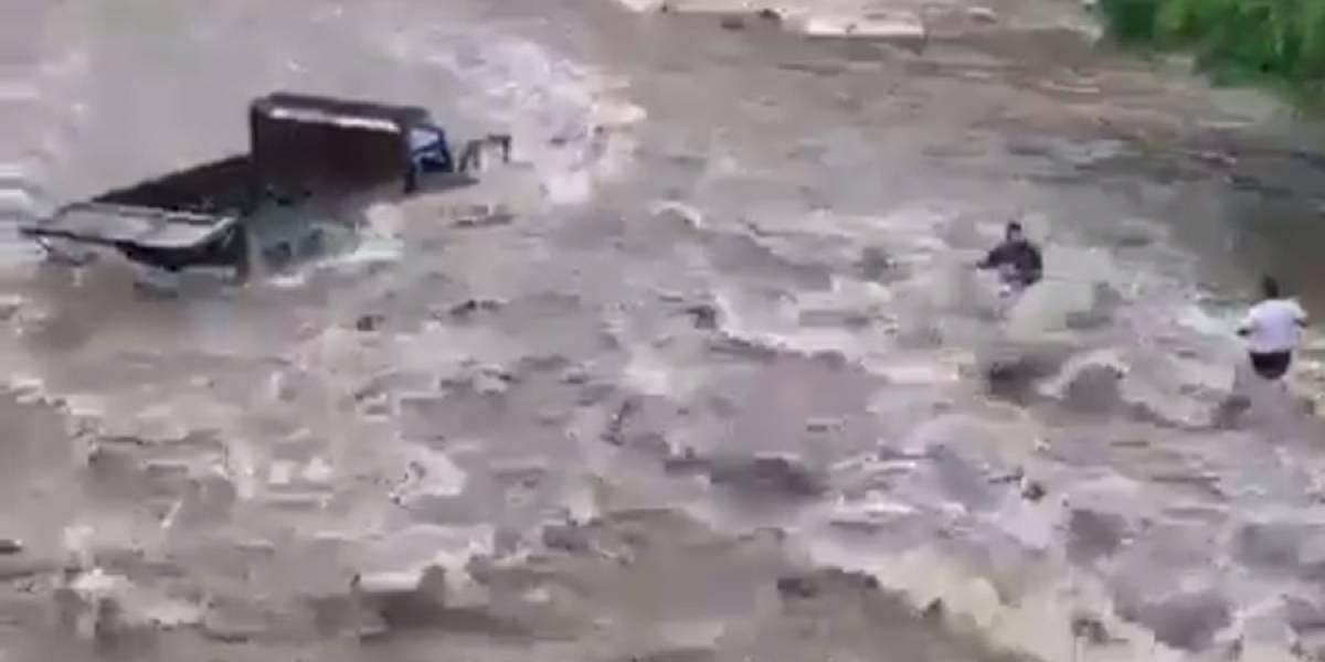 VIDEO. Camión es arrastrado por correntada en ruta que conduce a Malacatán