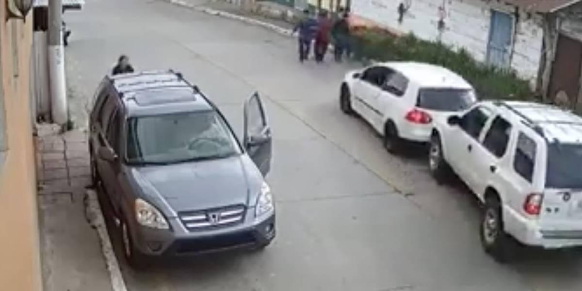 VIDEO. Cuatro hombres se salvan de morir tras ser embestidos por conductor sin control
