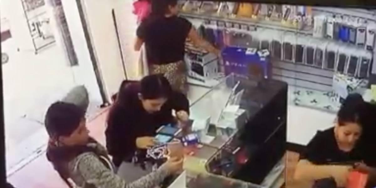 Indignación en redes sociales por mujer que usa a niña para robar comercio