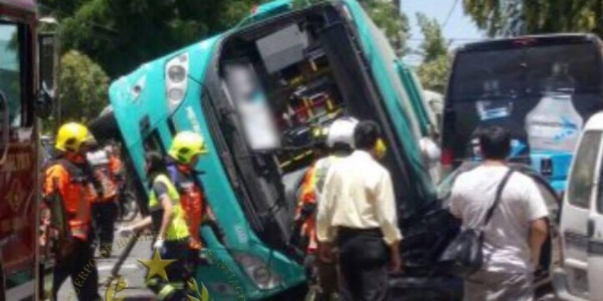 Estación Central: bus del Transantiago se volcó y deja al menos 10 lesionados
