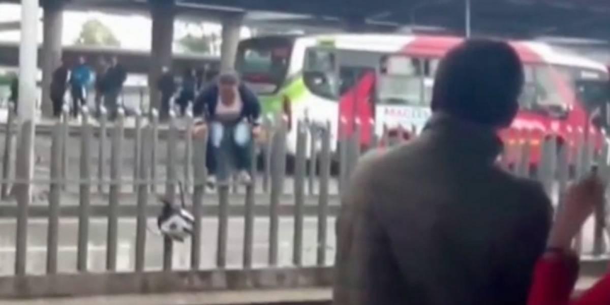 Hecha la ley, hecha la trampa: mujer arriesga su vida colándose sobre las nuevas barras de Transmilenio