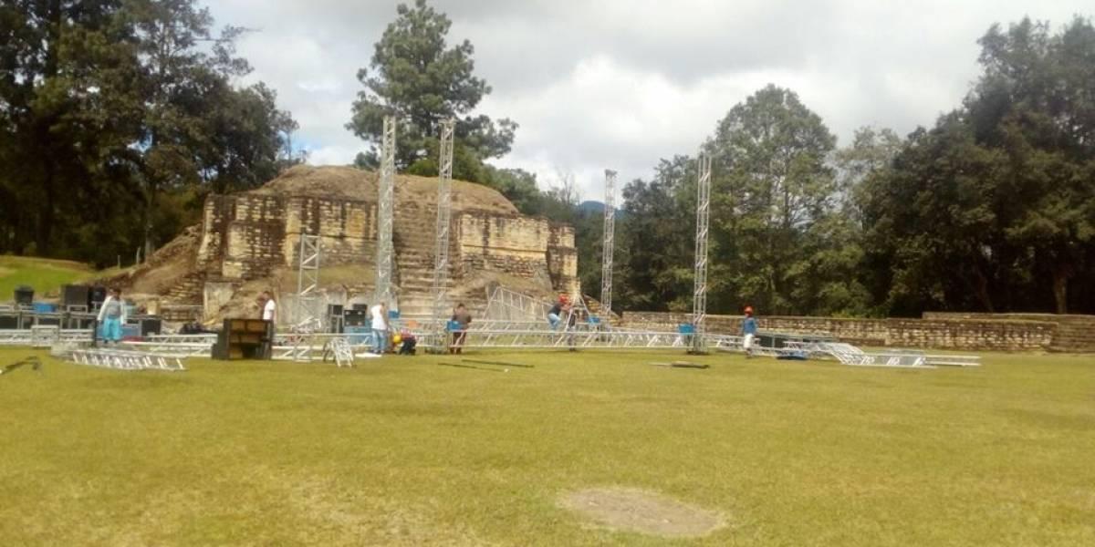 Críticas por montaje de escenario frente a pirámides provocan cambio para visita de Presidente