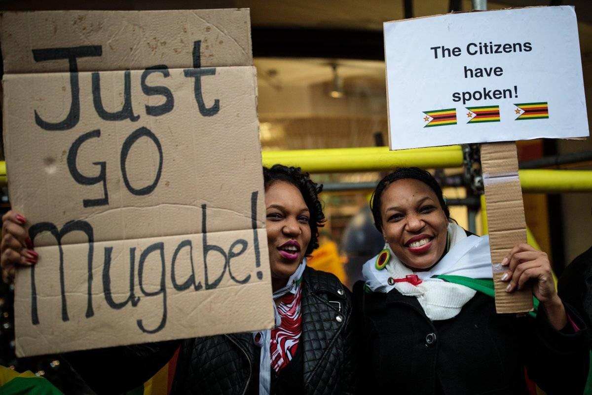 Zimbabuenses protestas en Londres contra Robert Mugabe.