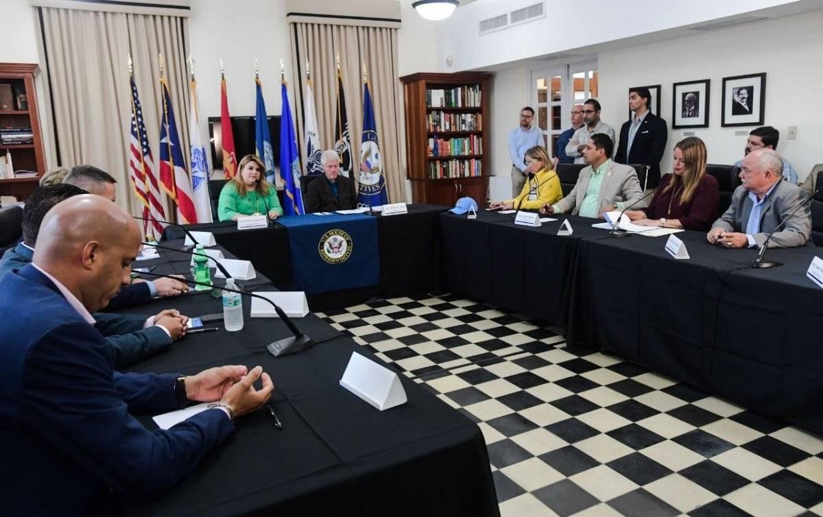 El grupo de 10 alcaldes y la comisioanda residente en Washington, Jennifer González-Colón, reunidos ayer con el expresidente de Estados Unidos, Bill Clinton. / Suministrada