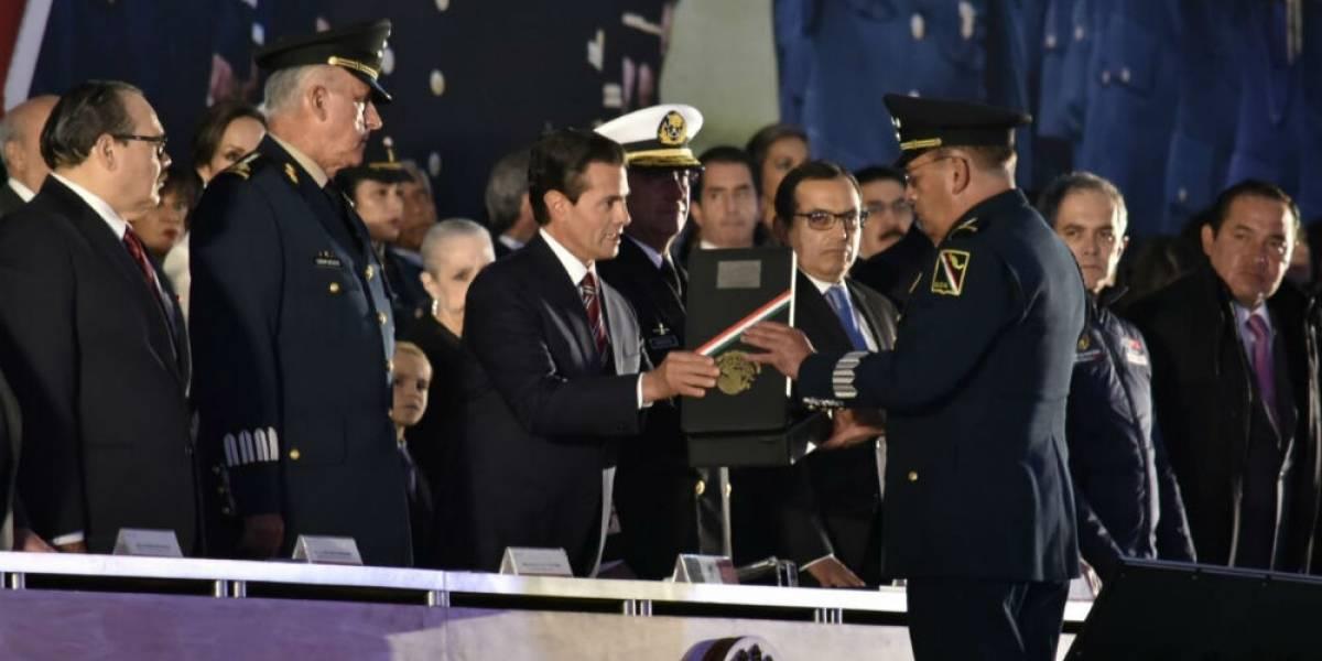 Peña Nieto entrega condecoraciones y ascensos a elementos de las Fuerzas Armadas