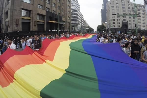 Manifestantes marchan sobre Paseo de la Reforma, CDMX