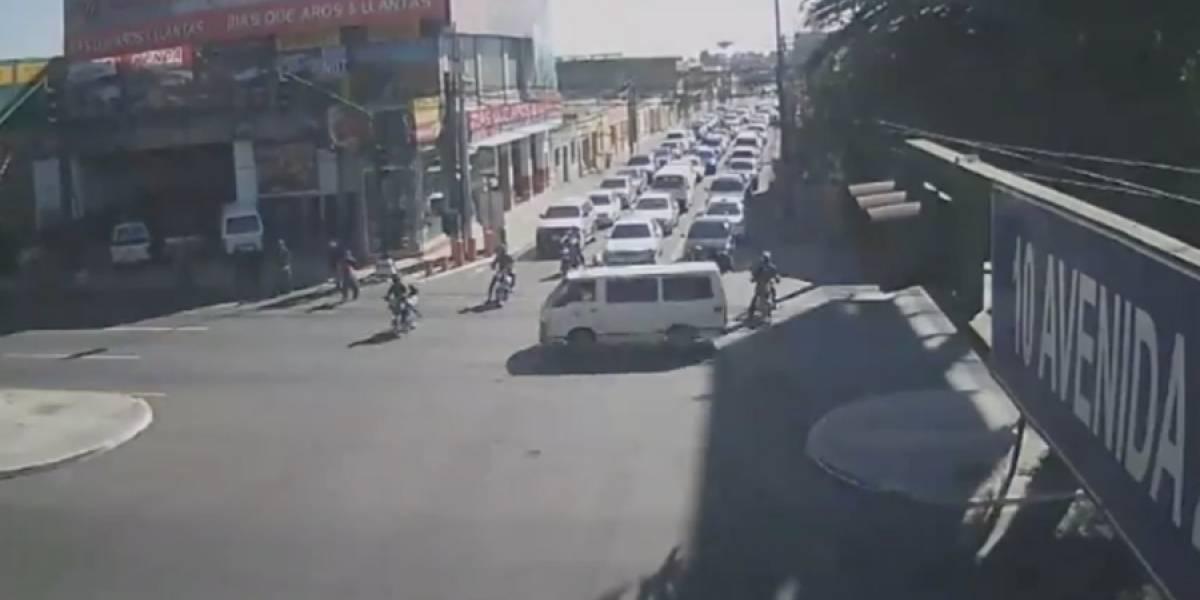 VIDEO. Con la ayuda de un ciudadano, detienen a piloto que atropelló a motorista
