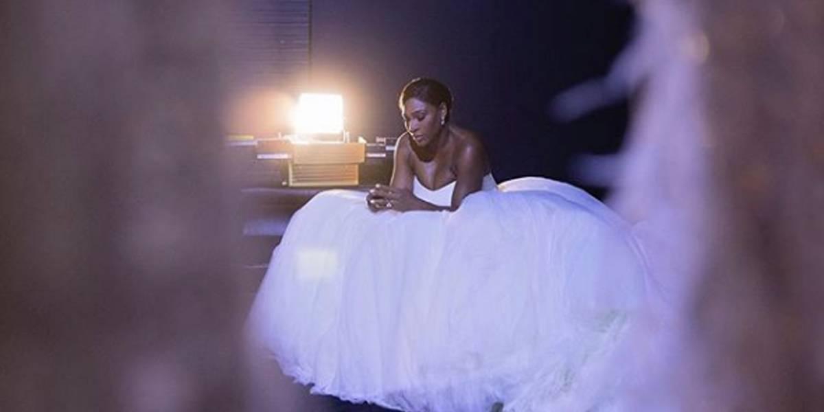 Serena Williams troca salto alto por tênis cravejado de cristais em seu casamento