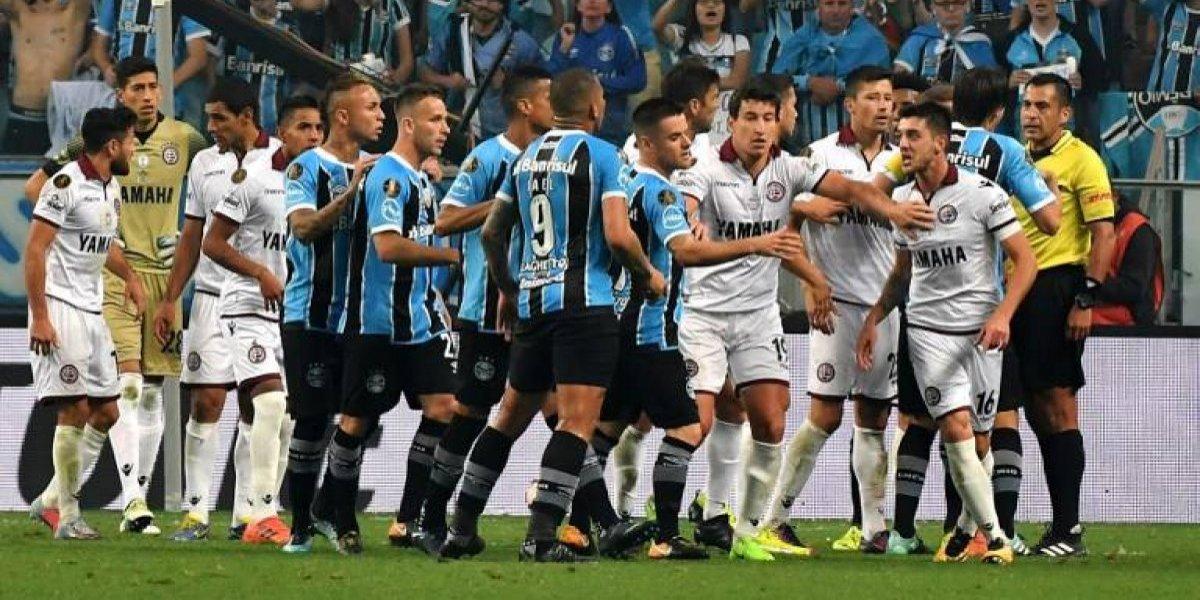 El arbitraje de Julio Bascuñán generó polémica en la final de la Libertadores