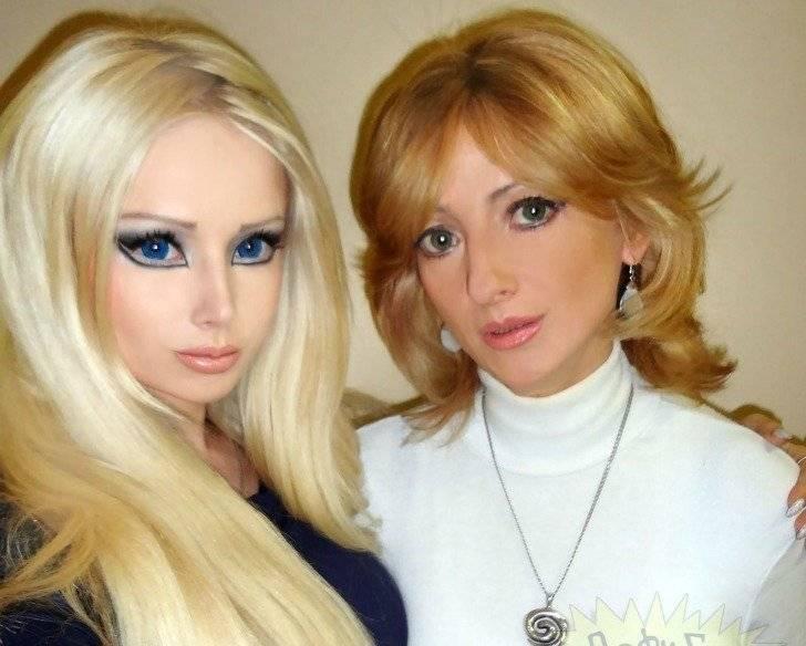Tanto a mãe quanto a avó e a própria neta passaram por cirurgias para ficarem iguais à boneca |