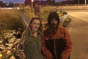 Vivía en la calle y apenas tenía para comer, sin embargo se gastó sus últimos dólares en ayudar a mujer que quedó en panne en peligrosa carretera