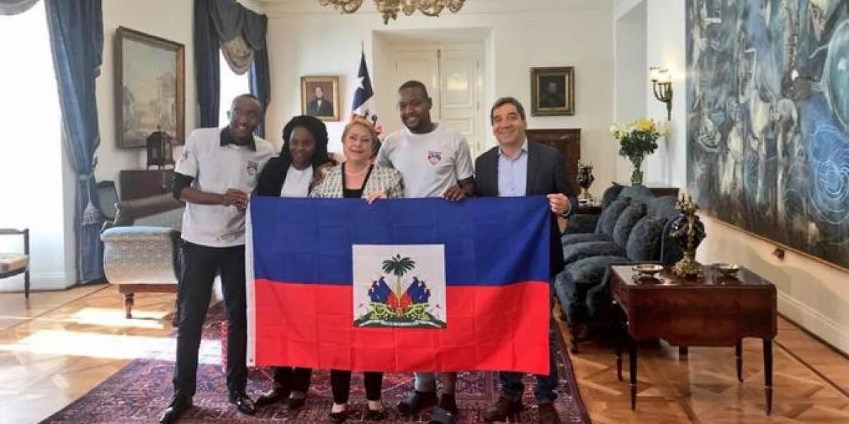 """Bachelet aplaude a """"héroe"""" haitiano que atajó a mujer que cayó del noveno piso"""
