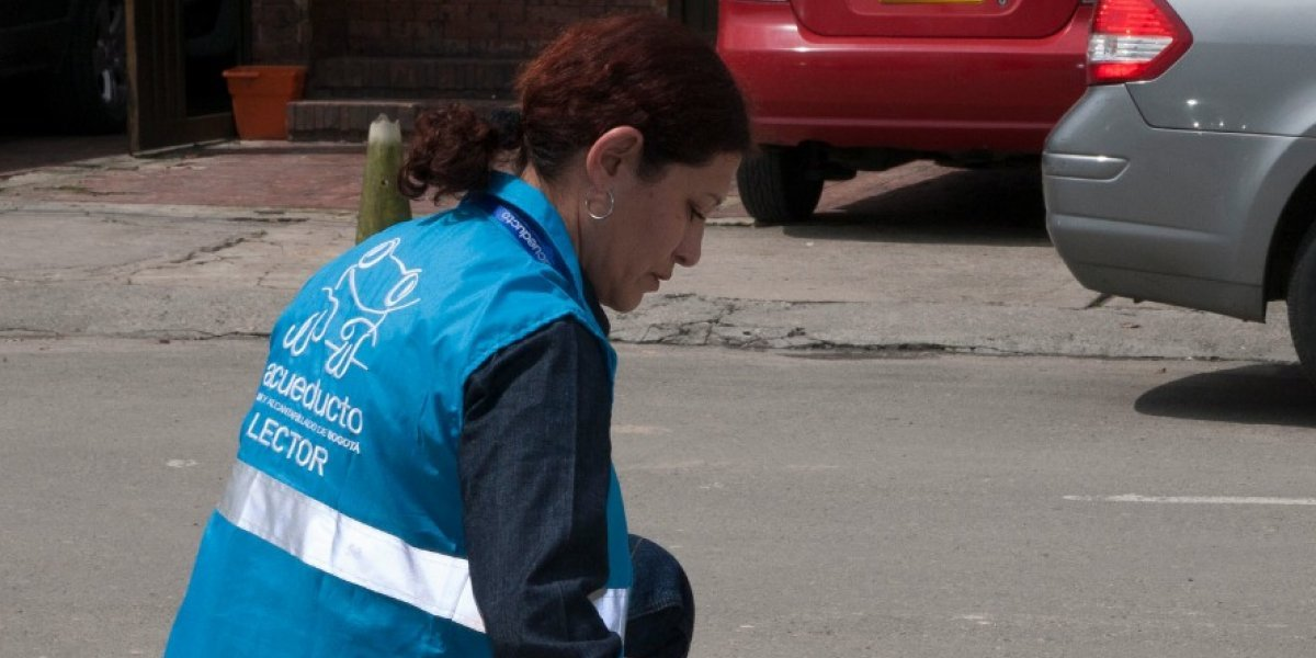 Quejas de habitantes de Bogotá por aumentos en recibos del Acueducto del 400%