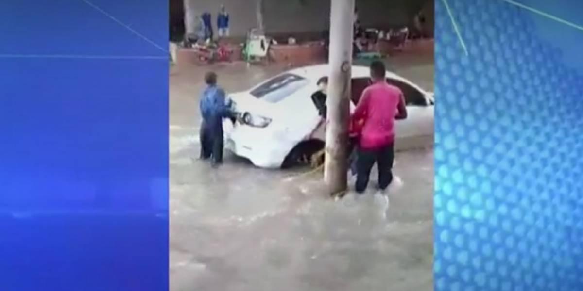 ¡Rescate a la colombiana! Así es como los jóvenes se juegan la vida para rescatar carros atrapados en arroyos de Barranquilla