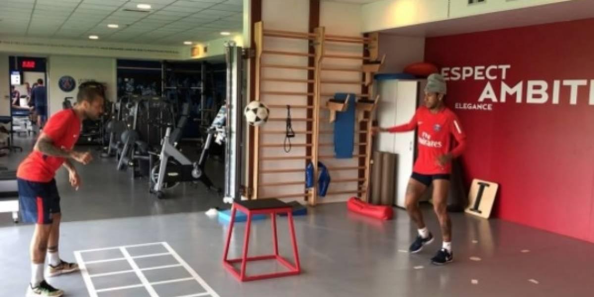 Neymar e Daniel Alves treinam fute-mesa