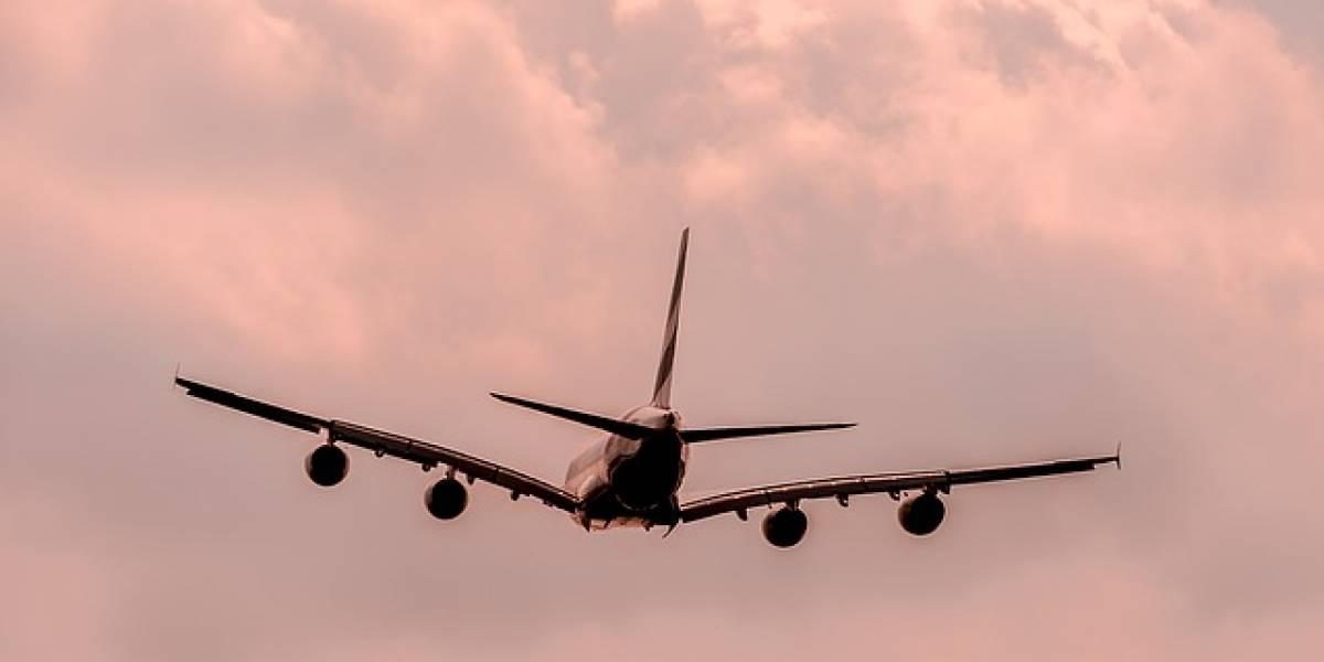 VIDEO. Misterioso objeto aparece en el cielo antes del aterrizaje de un avión