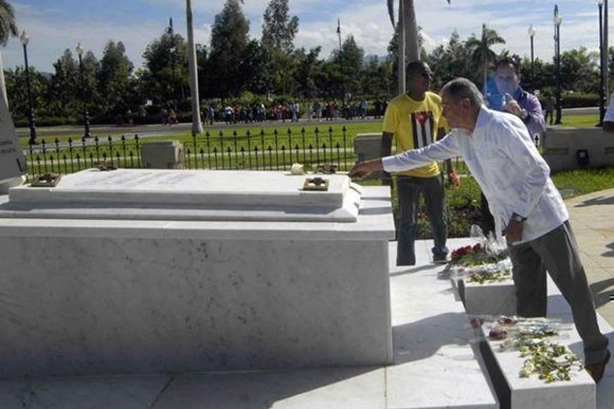 López Rivera rinde homenaje a Fidel Castro en el monolito donde descansan sus cenizas. suministrada