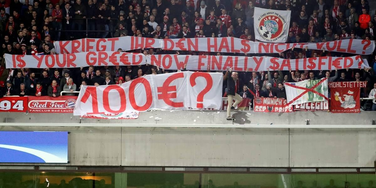 Torcida do Bayern joga dinheiro falso no gramado em protesto contra preço dos ingressos