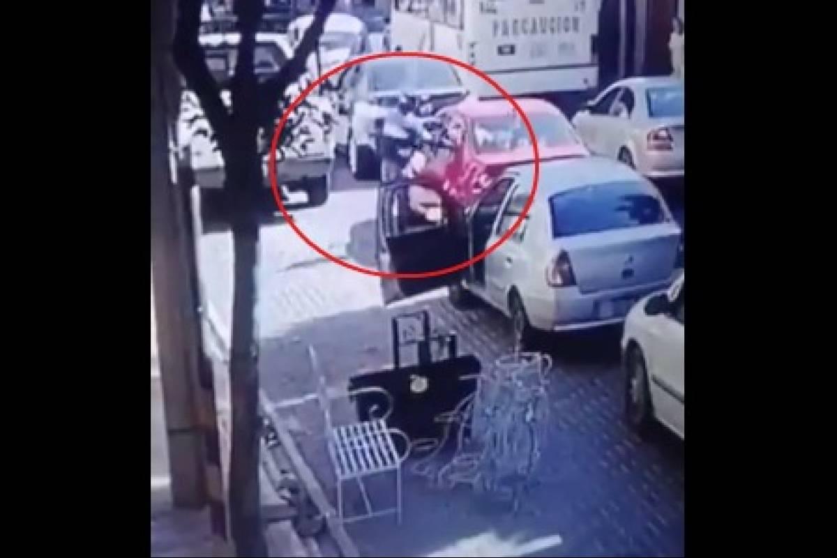 #VIDEO Baja de su auto a reclamar y lo balean en Puebla