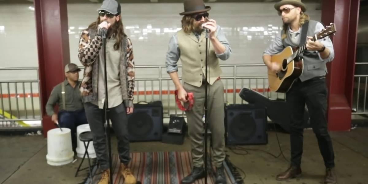 Membros do Maroon 5 tocam no metrô de Nova York disfarçados de músicos de rua