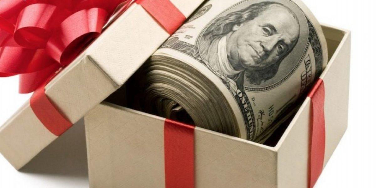Alcaldesa de Canóvanas entrega bono de Navidad