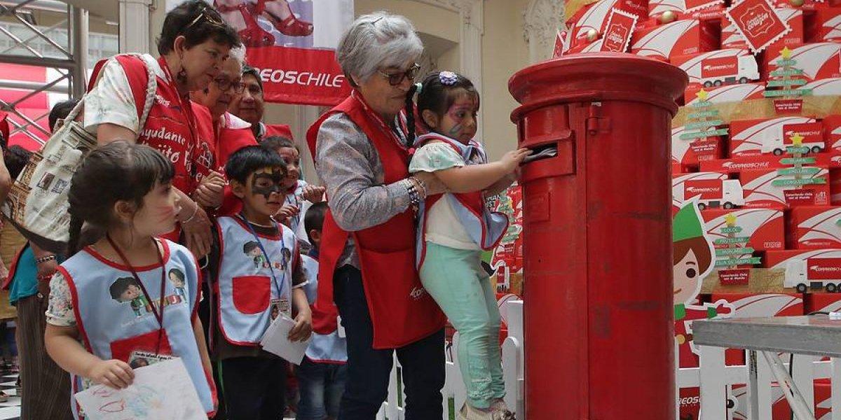 #ApadrinaUnaCarta: almas solidarias ayudan al Viejito Pascuero con las peticiones de los niños migrantes