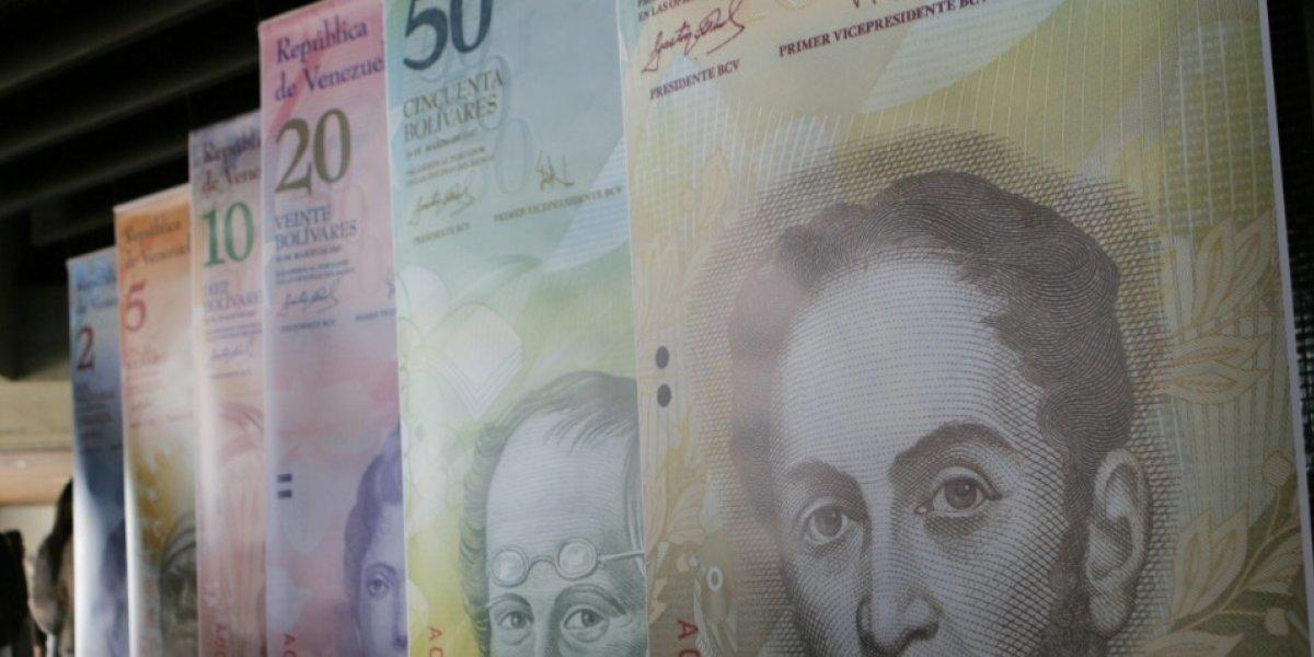 Venezolanos en Colombia cambian bolívares por pesos en Transmilenio para subsistir