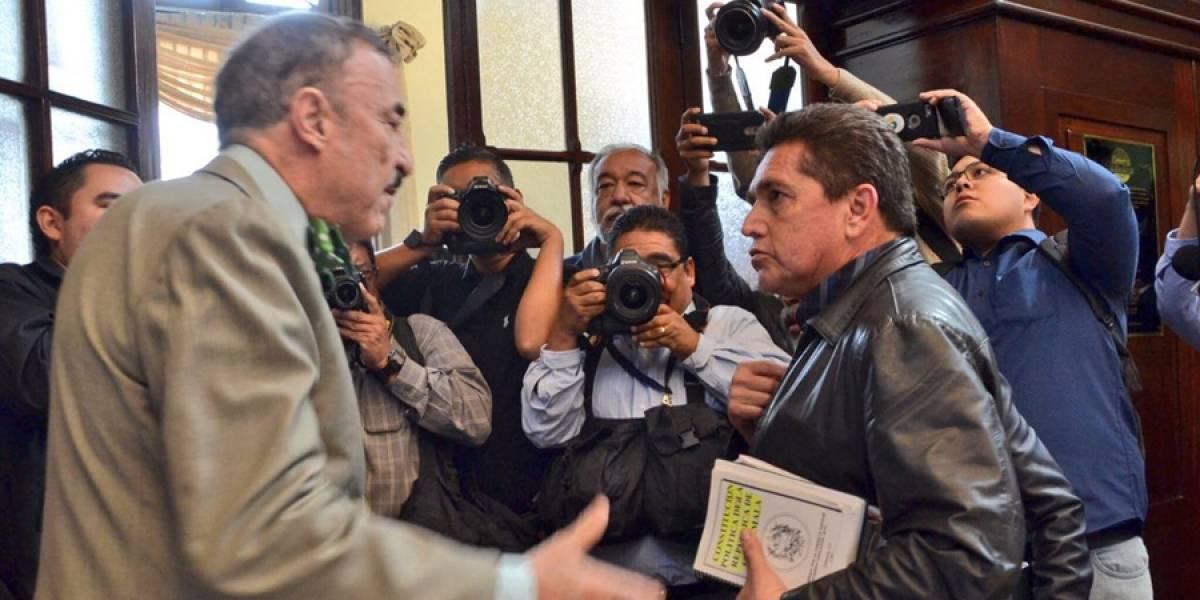 Linares Beltranena y Joviel Acevedo intercambian palabras airadamente