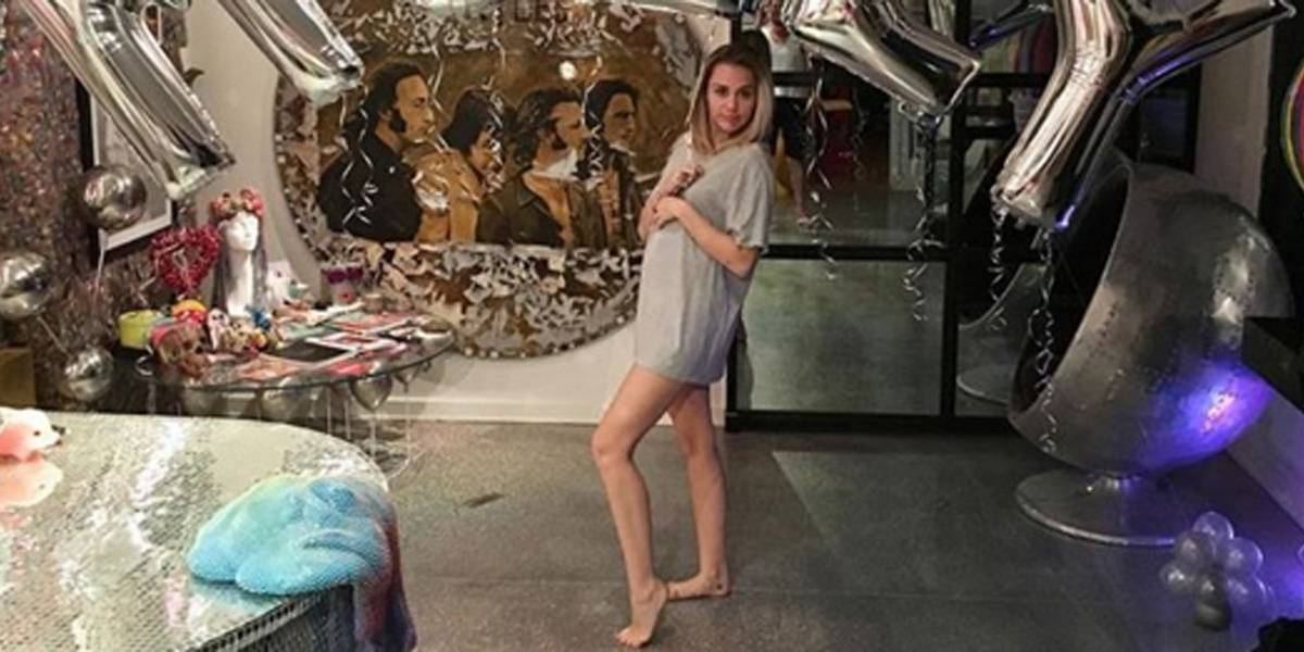 Fãs apostam que Miley Cyrus está grávida por causa de pose em foto