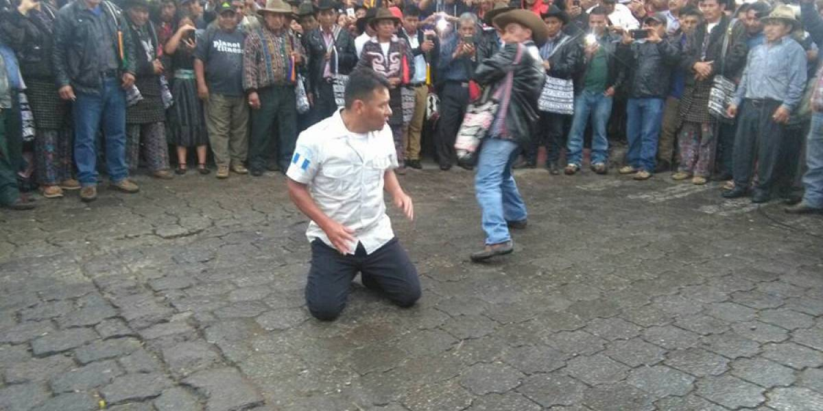 VIDEO. Azotan a agentes PNC en Sololá por supuestamente extorsionar a vecinos