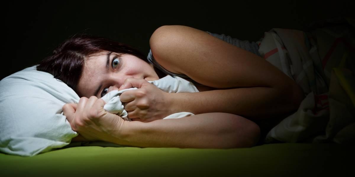 Despiertas sin poder hablar ni moverte, observas un ser malévolo en la cama: Puedes sufrir parálisis del sueño