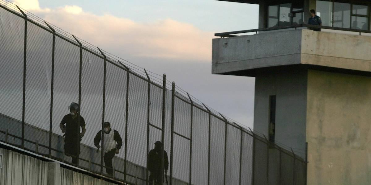 Aseguran dinero, droga, armas y celulares tras operativo en cárceles del Edomex