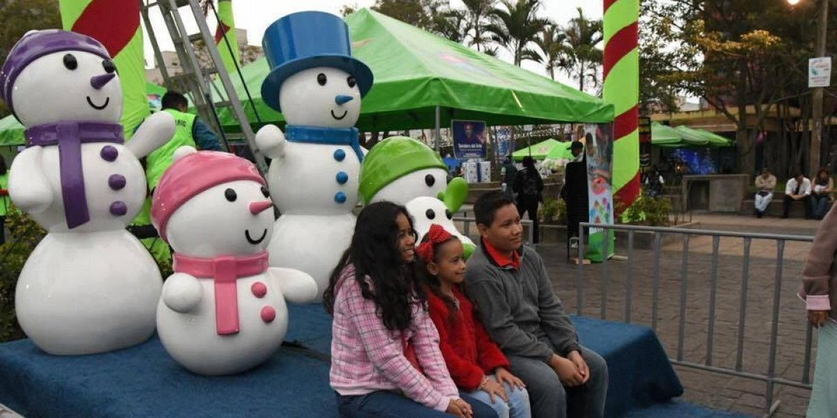 Familias guatemaltecas disfrutan la inauguración de Festival Navideño del Paseo de la Sexta
