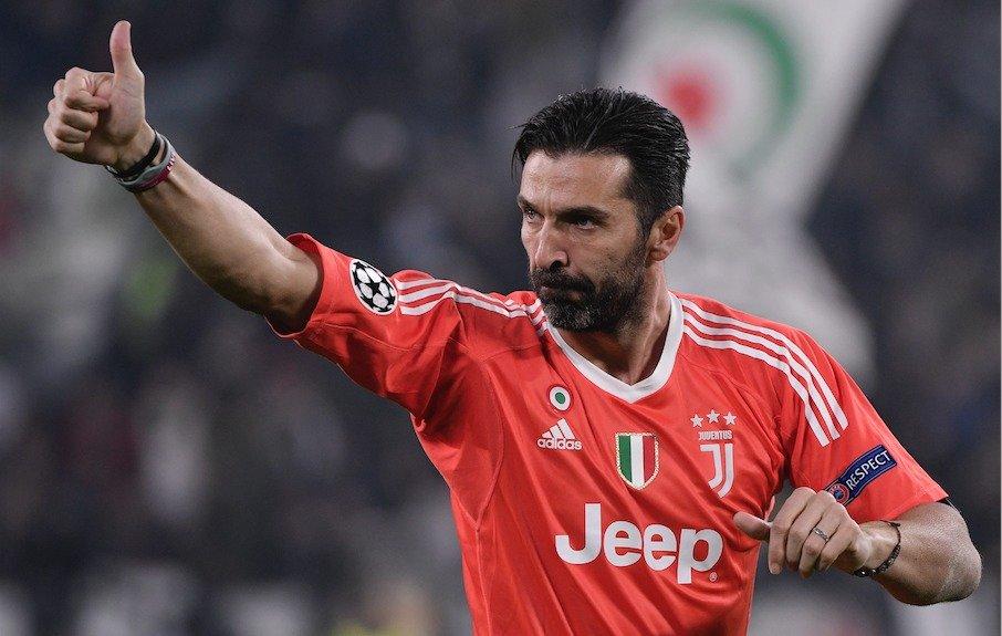 Gianluigi Buffon se despide antes de salir de la cancha